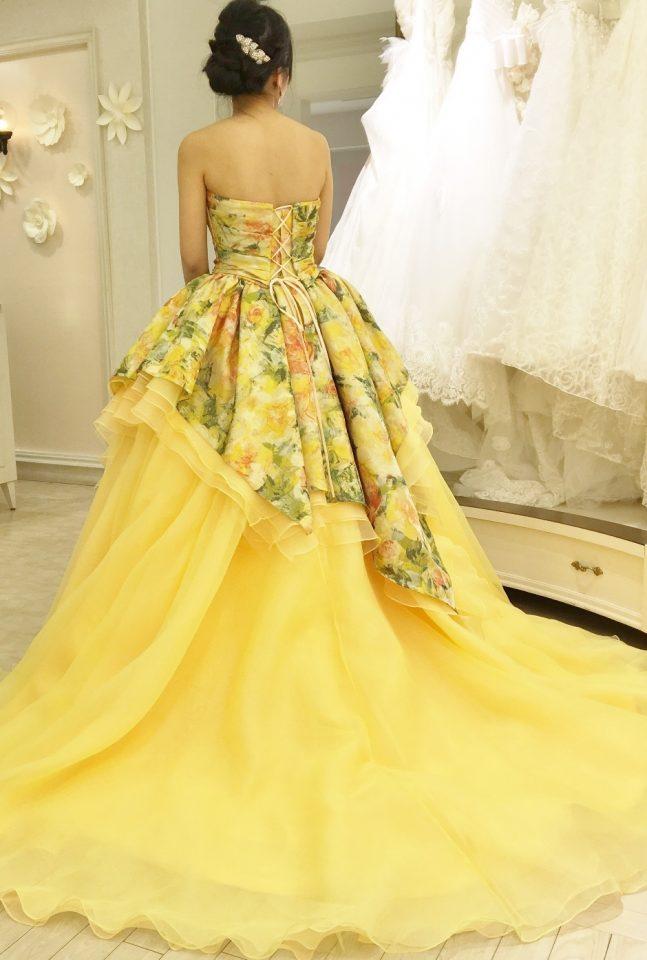 春挙式におすすめイエローとグリーンのフラワープリントドレス