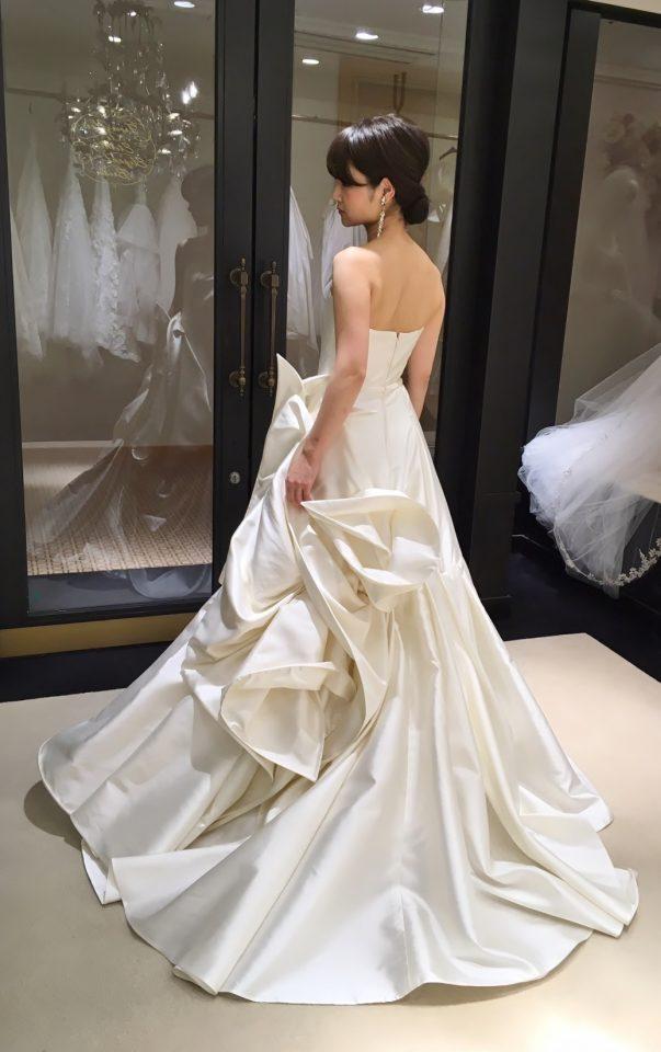 シンプルで上品な中にダイナミックな印象を与えるANTONIO RIVAのウェディングドレス