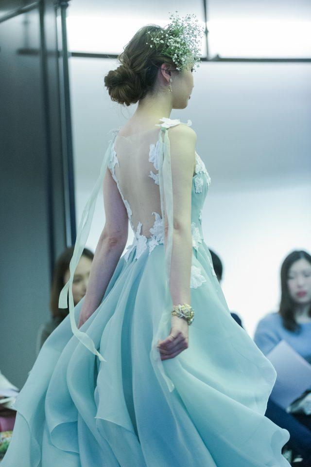 美しいバックスタイルがゲストを魅了するLeaf for Brides(リーフフォーブライズ)のカラードレス