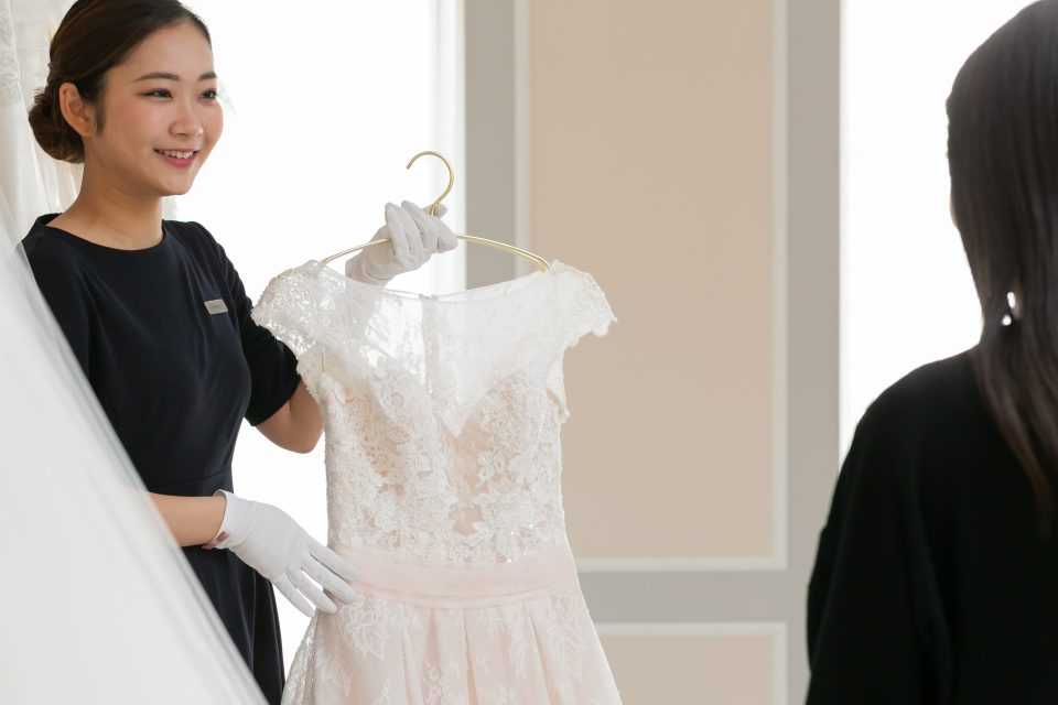 結婚式はシンプルでもナチュラルに!自然体なドレス選びのコツと注意点