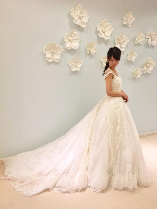 ビーディングとレースが美しいロマンティックなYolan Cris(ヨーランクリス)のウエディングドレス
