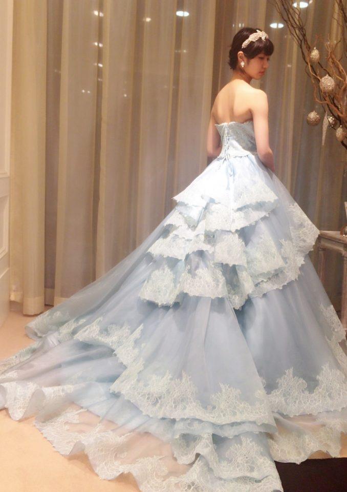 コーディネートを楽しむライトブルーのカラードレス