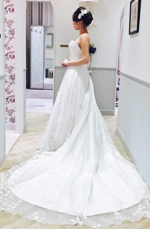 特別なドレスにホワイトビジューの上品なヘッドドレスで本物の美しい花嫁様スタイル