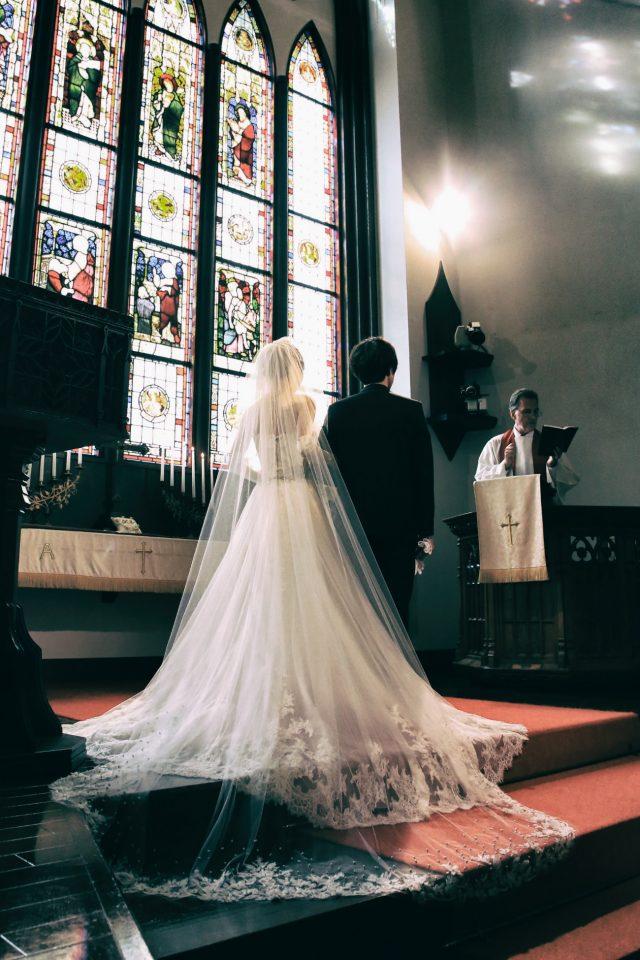 大聖堂のバージンロードに映るENZOANIのウェディングドレス