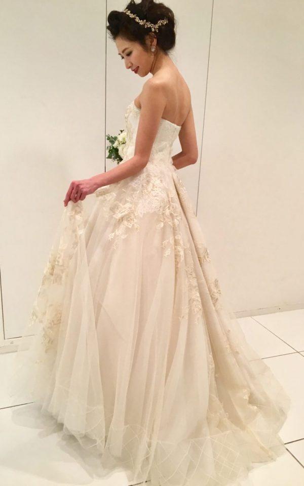 薔薇の刺繍が美しいYolan crisのウェディングドレス