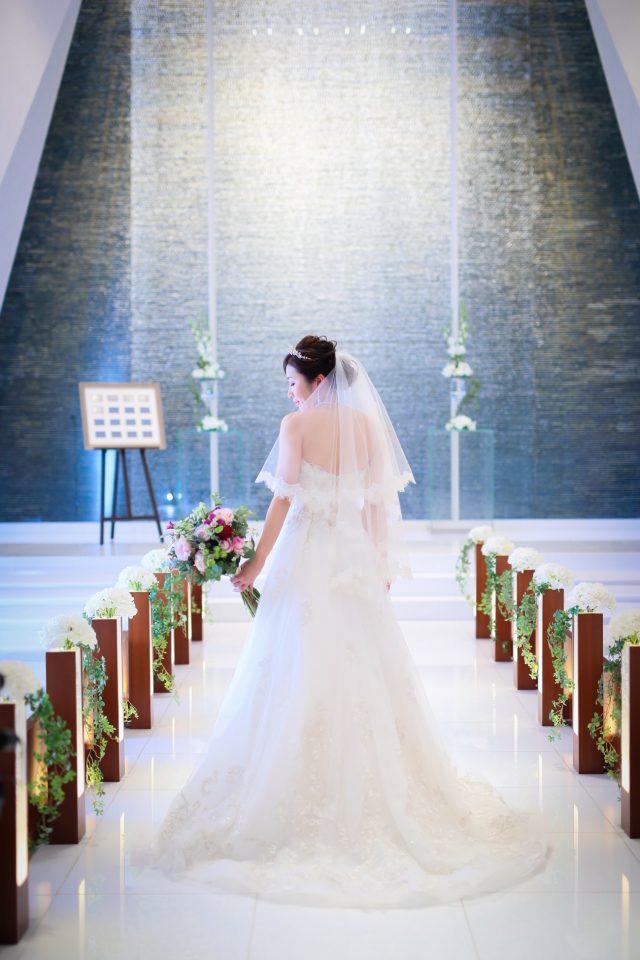 自然光を受けて上品に輝くENZOANI(エンゾアニ)のウエディングドレス