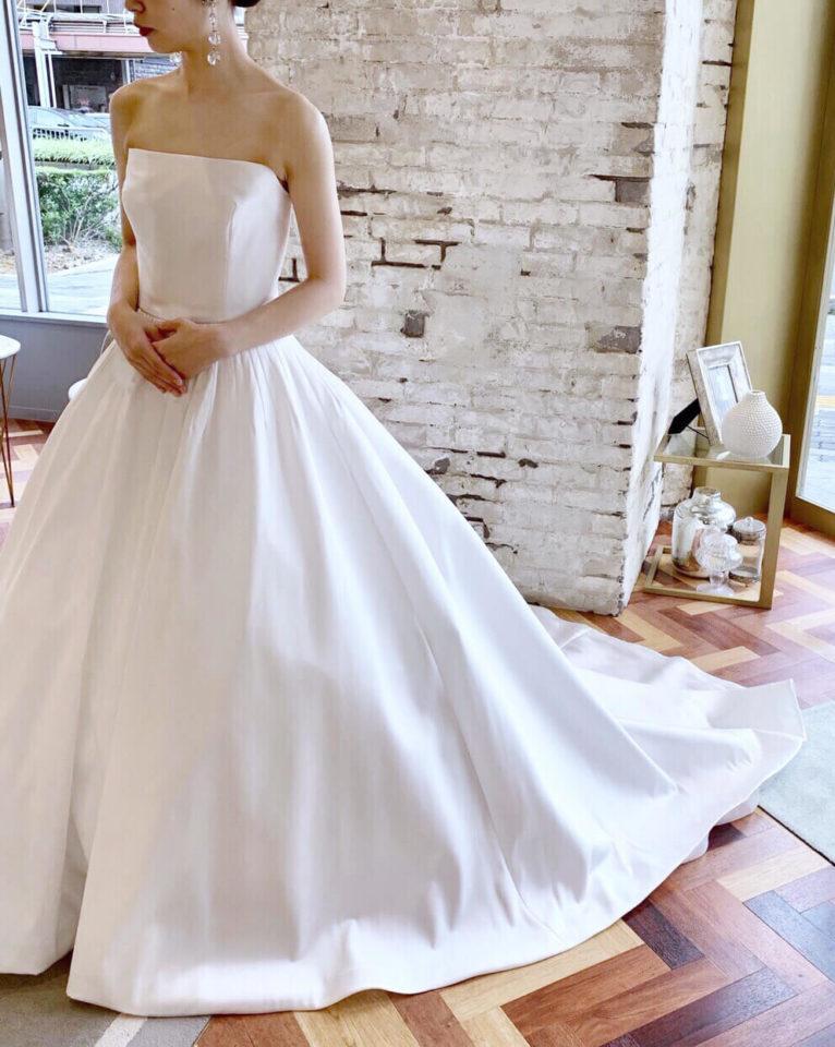 シンプルだからこそ計算し尽くされたシルエットが美しいReem Acra(リームアクラ)のドレス