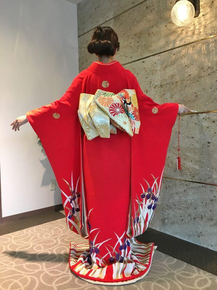 和装の赤で、花嫁らしさを