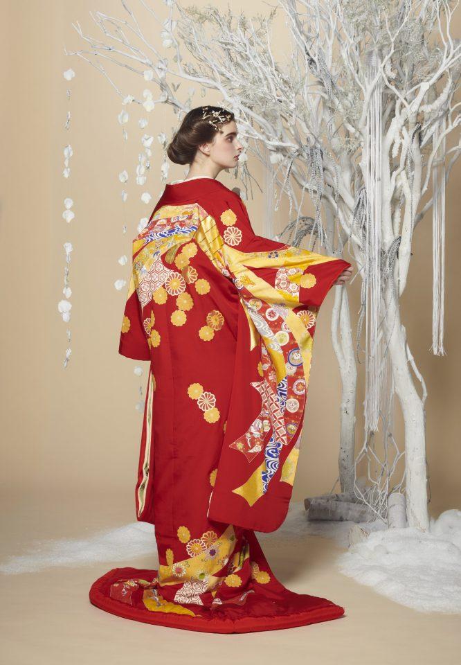 赤と金が織りなす華やかな色打掛