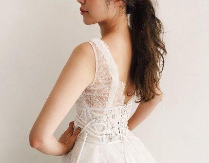 編み上げ紐で体にピッタリ、ヴィンテージ感のあるウェディングドレス