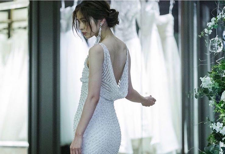 ゲストもうっとり♡花嫁さまをセンシュアルに演出する大胆なオープンバックドレスに注目!