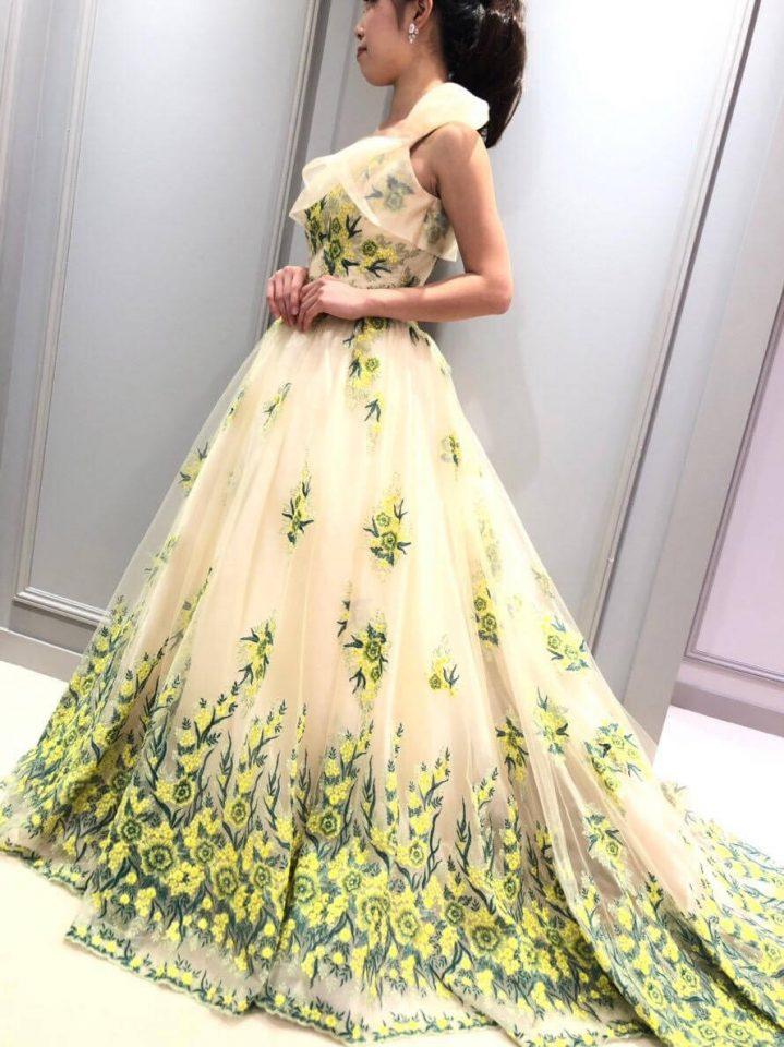 フェミニンでありながら女性らしさを引き出すトレンドのワンショルダードレス
