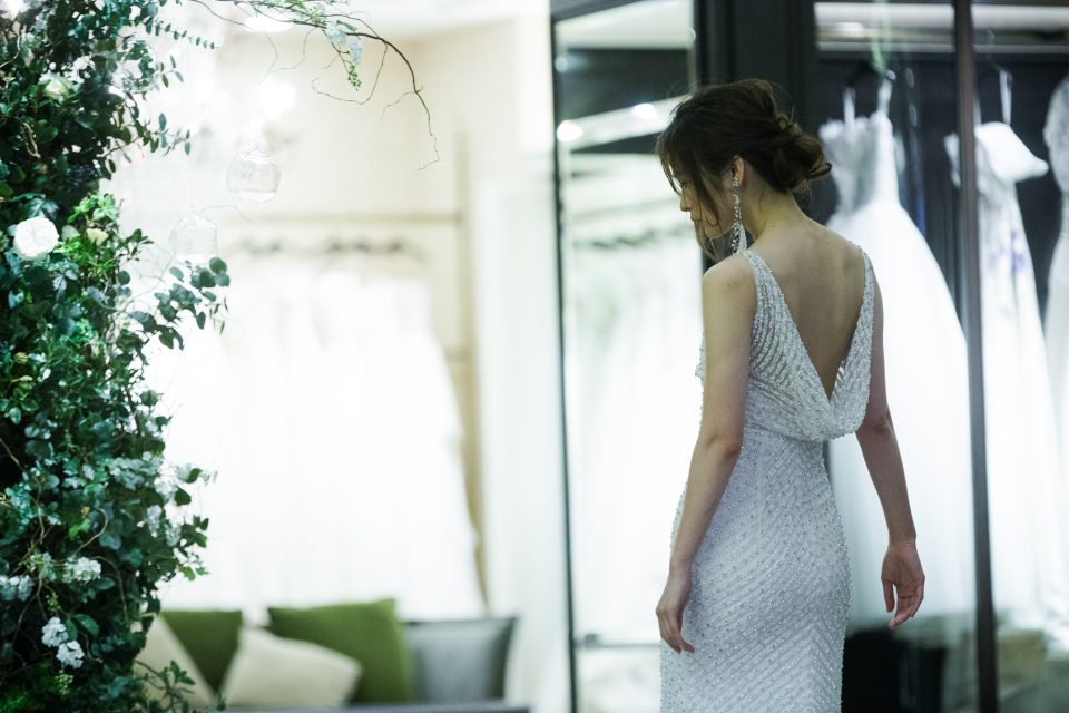 センシュアルな大人姿をつくるスレンダーラインのウェディングドレス