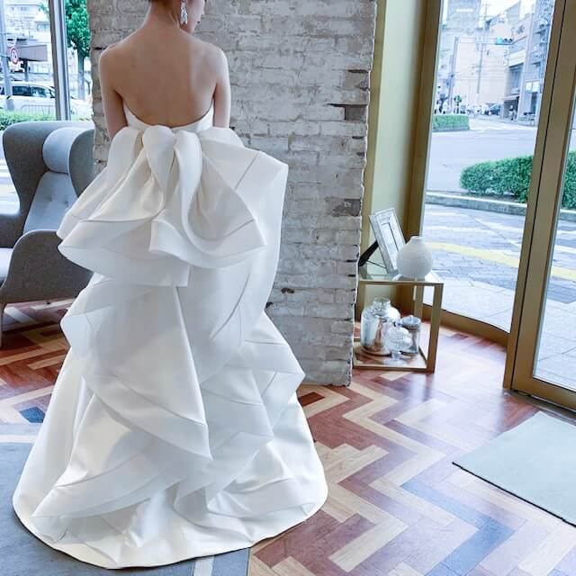 ANTONIO RIVA (アントニオリーヴァ)のバックスタイルが大胆なドレス