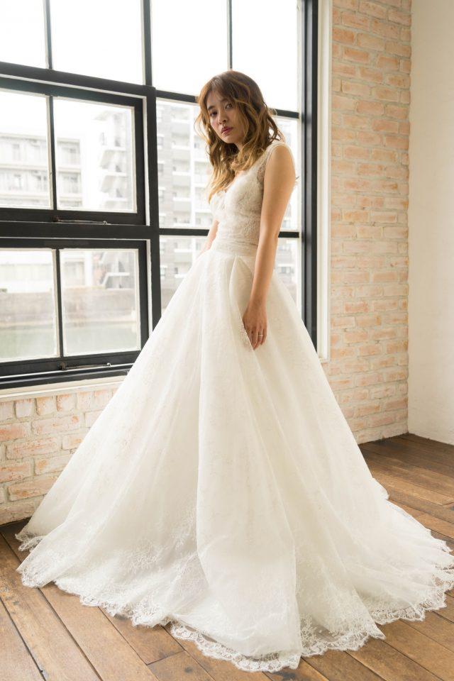 Yolan Cris(ヨーランクリス)のバックコンシャスなシースルーレースドレスでモダンな花嫁様に