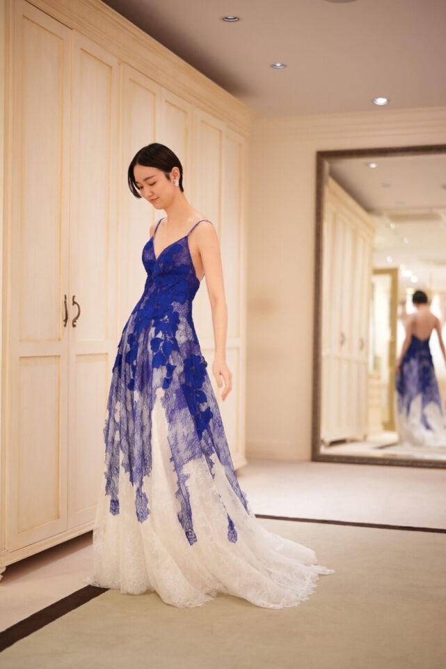 Yolan Crisのブルーのスレンダーカラードレス