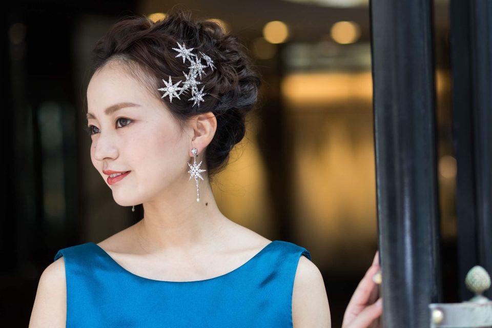 6bb6fc972d774 オシャレな花嫁さま注目のアップスタイル!カラードレスに似合うスタイリング5選