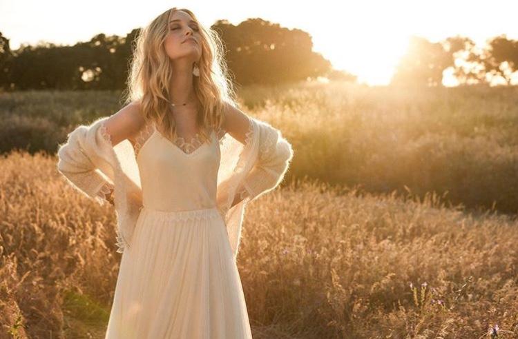 シンプルなウェディングドレスで魅せる!エレガントなコーディネート5選!