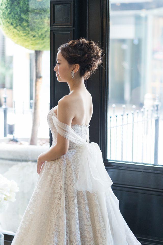 RVINI(リヴィニ)の贅沢な総レースドレスを纏ってフェミニンな花嫁さまに