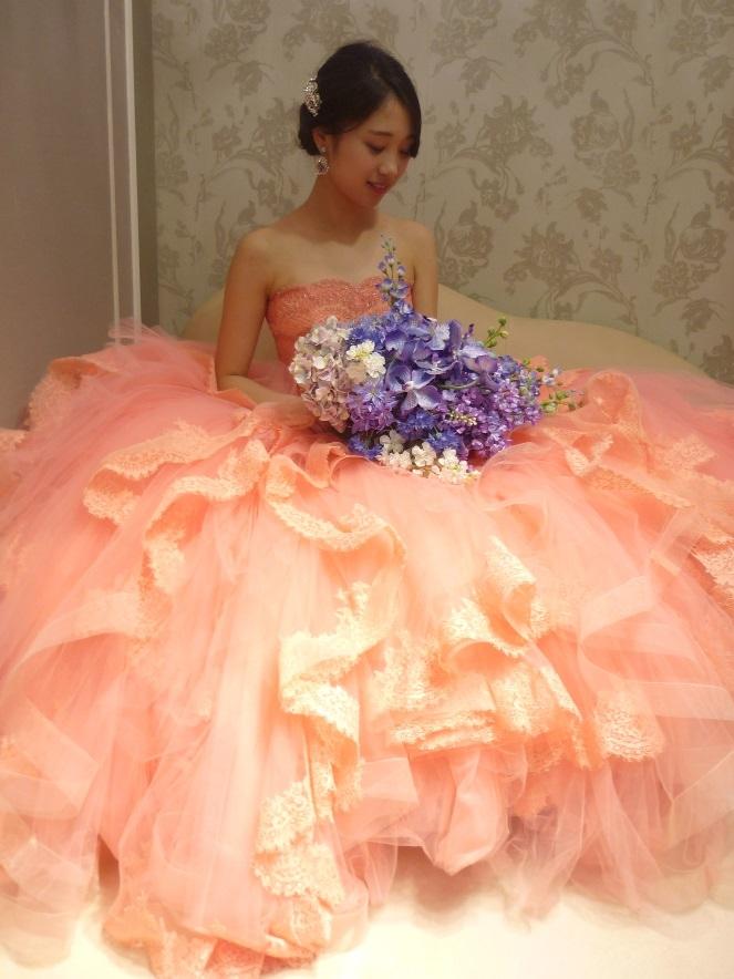 RS Coutureのサーモンピンクのカラードレスで可愛らしく