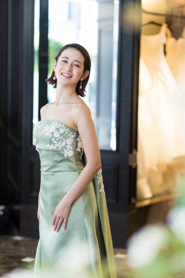 Leaf for Brides(リーフフォーブライズ)の光沢が上品なニュアンスカラードレス