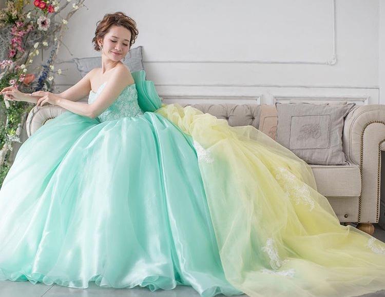 知っておきたい!カラードレスの人気ブランドと注目トレンド