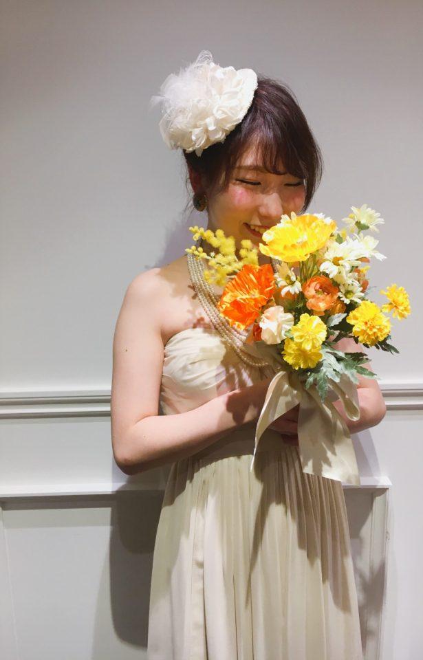 シンプルなドレスに合わせる二次会コーデ