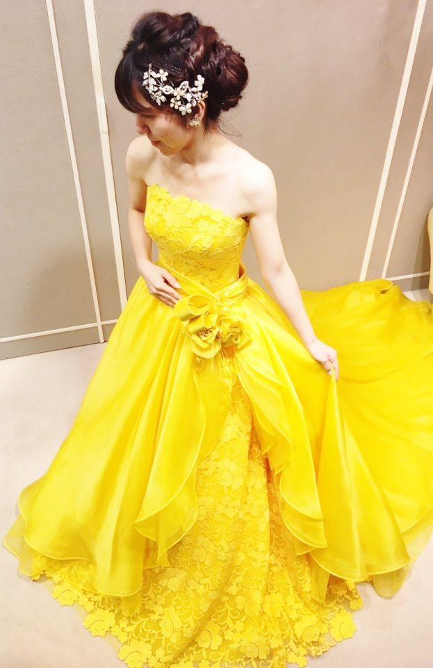 イエローの色彩が鮮やかなRS COUTUREのカラードレス