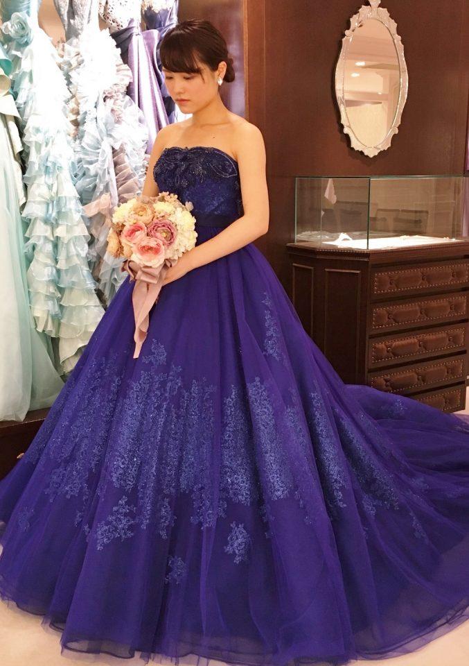 上品なビーディングが花嫁を輝かせるロイヤルブルーのカラードレス