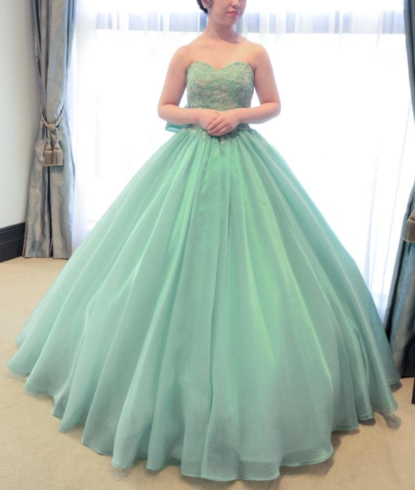 バックスタイルも印象的なFiore Bianca(フィオーレビアンカ)オリジナルドレス